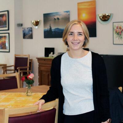 Foto einer stehenden Frau, Shari Hodes, Pflegefachkraft, Handorfer Hof